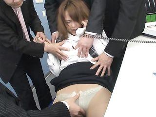 Четверо парней держат сочную японку, дрочат ее вагину и клитор, пока она не испытает оргазм
