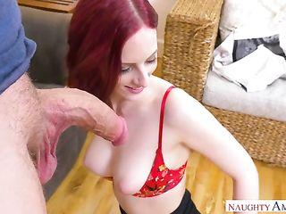 Сексуальная женщина в чулках сосет огромный член b погружает его в свою мокрую вагину