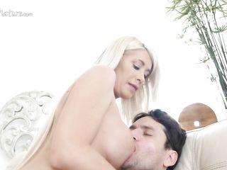 Чувственная анальная мастурбация очень сильно возбудила сочную блондинку