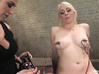 Блондинка с татуировкой на руке смогла кончить во время электросекса