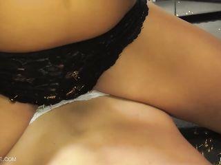 Странные лесбиянки устроили жесткий секс с дрочением перед большим зеркалом