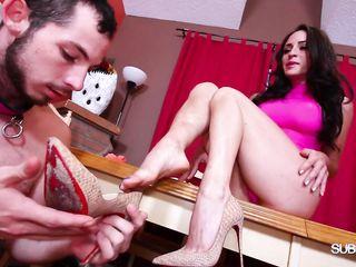 Стройная телка в красивом белье заставляет рабов облизывать красивые ступни