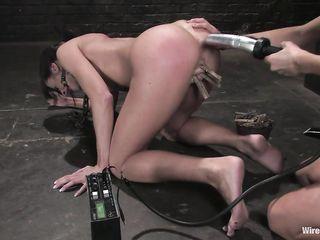 Электро бдсм секс доводит до крутого оргазма связанную рабыню с кляпом во рту