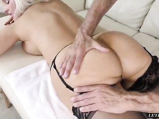 Проворная порно блондинка Alena Croft промокла во время мастурбации на массаже