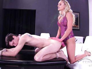 Шикарная госпожа с красивым лицом и фигурой жестко имеет раба в зад страпоном