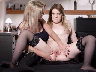 Женщина рассматривает влагалище своей дочери
