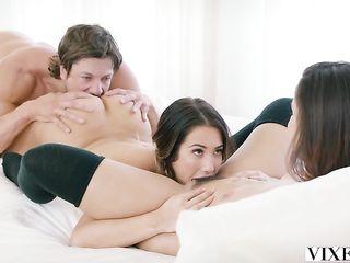 Две сексуальные красотки соблазнили парня и устроили с ним красивый секс втроем