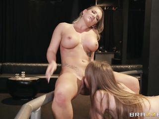 Две девушки очень хотят трахаться в ночном клубе и используют страпон на ремешке