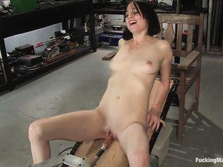 В гараже голую девушку трахает секс машина