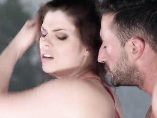 Длинноволосая модель Lucia Love дает разработать обе дырочки сразу