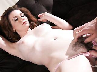 Парень вылизывает волосатую вагину и круто трахает рыжую девку