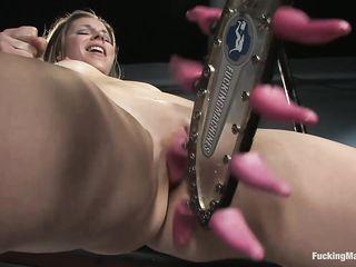 Секс робот отшлепал письку женщине