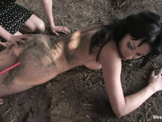 Две изврашенки жестко трахают женщину и посыпают письку землей
