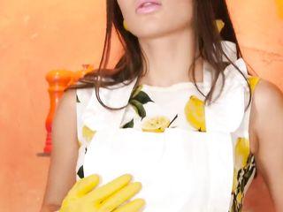 Эротичная повариха в сарафане мастурбирует письку на кухне перед муженьком