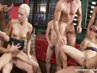 Группа парней разлекается с двумя девушками и трахают их во все дырки