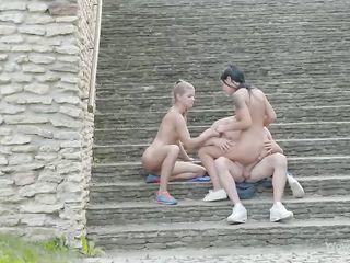 Две спортсменки отсасывают член парню и дают трахать в молодые письки