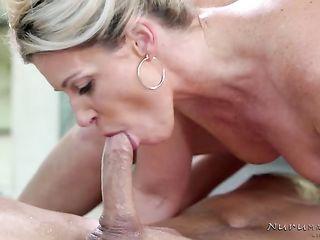 Возбуждающий нуру массаж продолжился качественным сексом