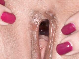 Две девушки сильно раскрывают киски и показывают как сжимается влагалище