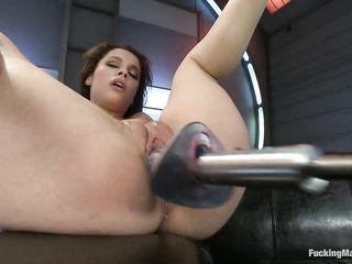 Связанную телку трахают в сарае самодельной секс машиной