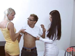 Сестра с подругой наказывает брата игромана и трахают его в анал