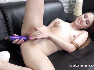 Девушка сильно уссыкается от мастурбации вибратором