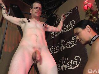 Госпожа трахает гея в жопу и дрочит ему член