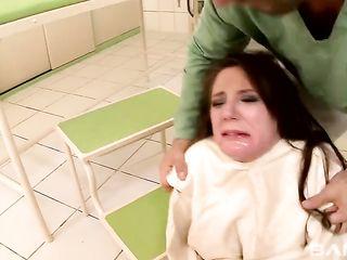 В психбольнице врач жестко трахает женщину в смерительной рубашке