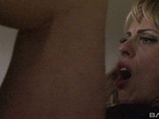 Голодная до секса зрелая женщина заставляет парня грубо ее трахать
