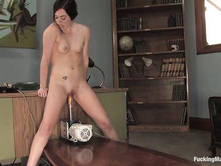 Девушка устала сидеть в офисе и стала долбить киску секс устройством