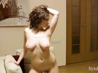 Видео голой девушки во время эротической фото сессии