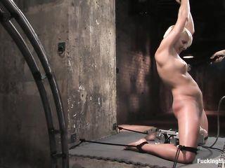 Привязанную девушку трахает секс машина, а мужчина плетью бьет ее