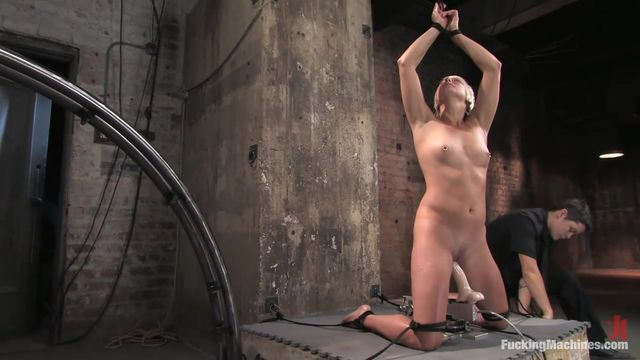privyazannuyu-telku-zhestko-trahaet-seks-mashina