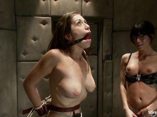 Женщина во влагалище и анальный проход пускает ток и девушка кончает