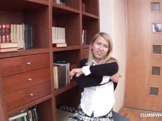 Развратная русская девка крупно показывает писку и мастурбирует вибратором