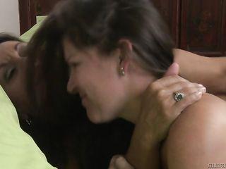 Зрелые лесбиянки трутся кисками