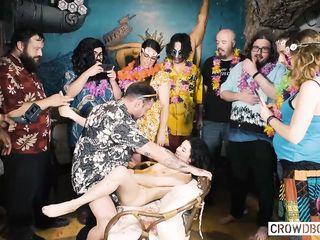 Группа мужчин и девушек дрочат и трахают молодую подругу, снимая на камеру
