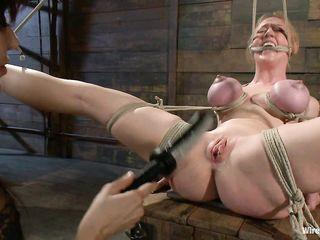 Злая сучка трахает связанную женщину большим электро фаллосом