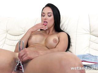 Сочная девушка щипцами раскрывает влагалище и засовывает туда две свечки