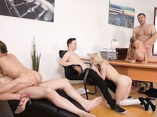 Три молодые девки устроили оргию с ребятами