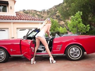 Сексуальная блондинка мастурбирует на сиденье старинного автомобиля