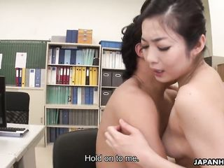 Два японца издеваются над голой девушкой и тахают ее в офисе
