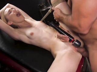 Связанную женщину мужина бьет по грудям и жетко долбит членом влагалище
