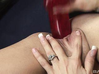 Женщина трахает ненасытную письку разными предметами и даже огнетушителем