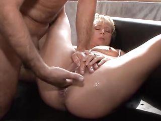 Мужик пальцами доводит женщину до сквирта