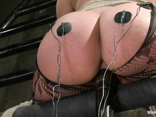 У девушки большие ягодицы дергаются от импульсов тока