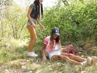 Молодые девушки писают друг на друга и мастурбируют в кустах