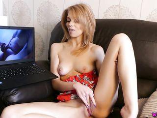 Девушка мастурбирует и смотрит порно как мужики дрочат и кончают