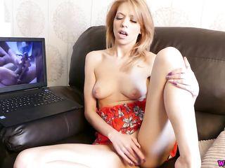 Русская смотрит порно и мастурбирует