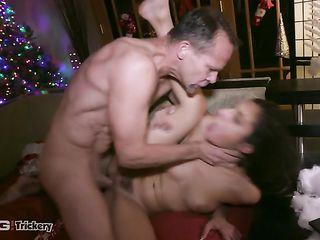 Девушка отсасывает член Деду Морозу и трахается с ним