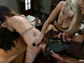 Извращенные лесбиянки насилуют женщину электричеством